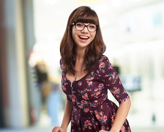 Mujer sonriendo con gafas de ver