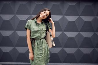Mujer sonriendo con un bolso en el hombro