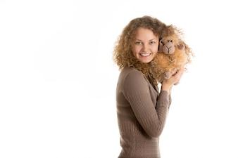 Mujer sonriendo con un perro de peluche