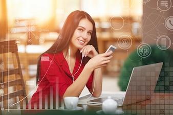 Mujer sonriendo con un teléfono inteligente