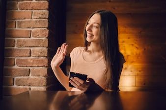 Mujer sonriendo con un teléfono
