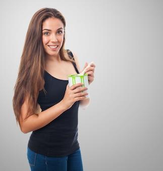 Mujer sonriendo con una lata de pintura verde