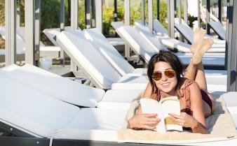 Mujer sonriendo leyendo un libro