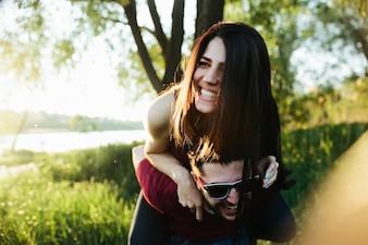 Mujer sonriendo subida en la espalda del novio