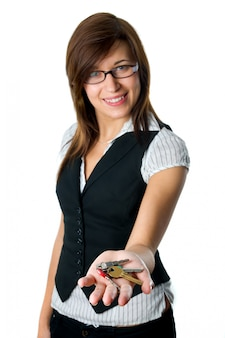 Mujer sonriente enseñando algunas llaves