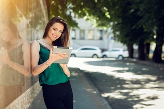 Mujer sonriente sujetando una tablet