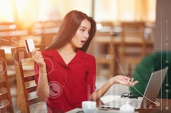Mujer sorprendida con una tarjeta en la mano