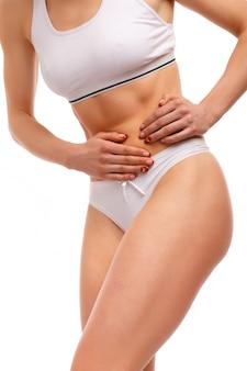 Mujer tocándose el estómago
