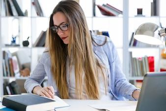 Mujer trabajando de forma concentrada