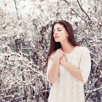 Mujer tranquila con copos de nieve en la cabeza