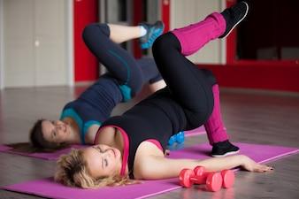 Mujer tumbada sobre su espalda con una pierna levantada