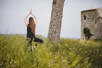 Mujer, yoga, abandonado, edificio