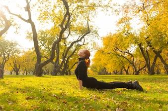 Mujer, yoga, otoño, parque