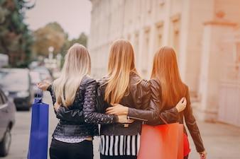 Mujeres caminando abrazadas