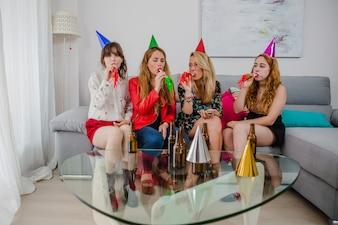 Mujeres, celebrando, fiesta, cuernos