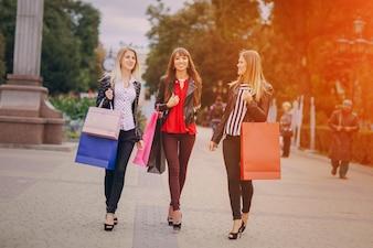 Mujeres con bolsas de la compra