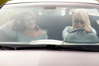 Mujeres conduciendo un vehículo