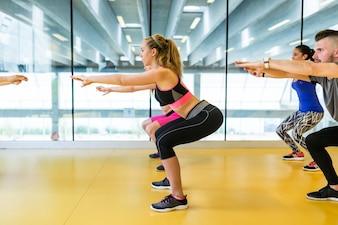 Mujeres en una clase de gimnasio