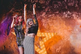 Mujeres felices en pelucas en la fiesta