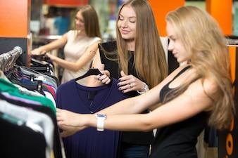 Mujeres mirando ropa