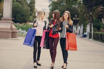 Mujeres paseando con bolsas de la compra