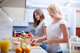 Mujeres preparando el almuerzo