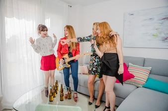 Mujeres que se divierten con el karaoke