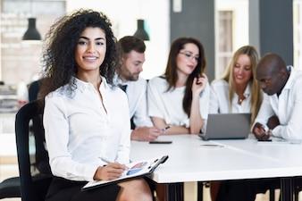 Multiétnico, grupo, tres, businesspeople, reunión, moderno ...