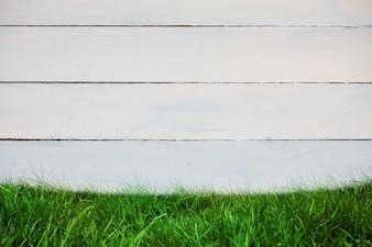 Muro de madera con césped