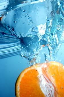 Naranja bajo el agua con salpicaduras
