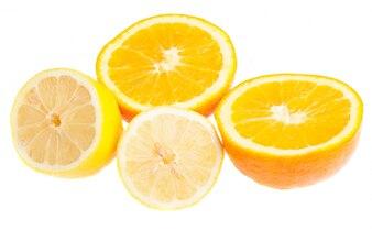 Naranja cortada por la mitad y medio limón