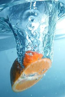 Naranja sumergida en el agua