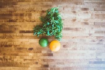 Naranja y limón en la mesa