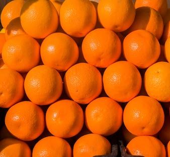 Naranjas en el puesto del mercado