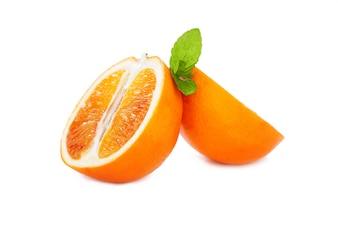 Naranjas en una cesta metálica