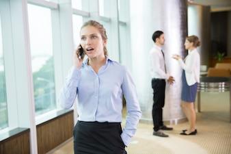 Negocios hablando por teléfono en la oficina de correos 3