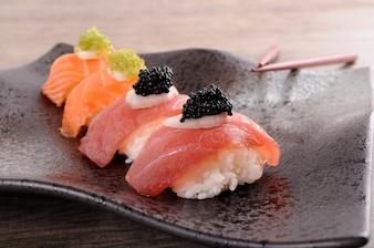 Nigiri de salmón y atún