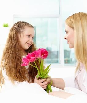 Niña contenta con flores