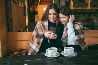 Niña en el café