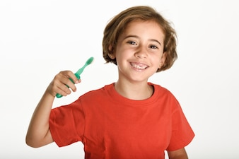 Niña feliz cepillarse los dientes con un cepillo de dientes