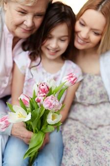Niña pequeña con flores