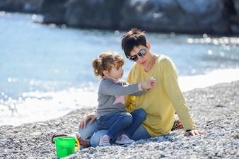 Niña pequeña mostrando una concha a su madre