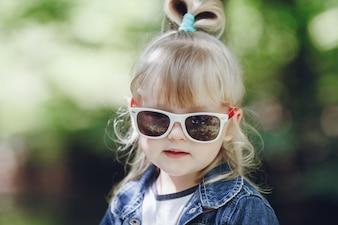 Niña pequeña rubia con gafas de sol