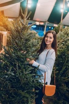 Niña y árbol de Navidad