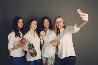 Niñas con fruta