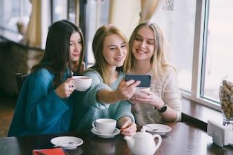 Niñas en el café