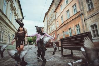 Niñas jugando con palomas en una calle