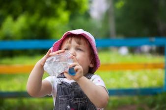 Niño bebe de la botella