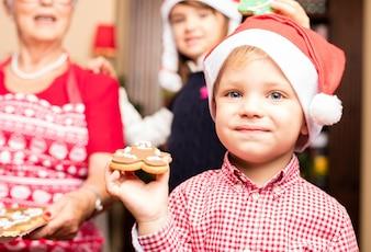 Niño comiendo galletas de navidad