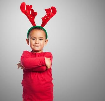 Niño con felpa de cuernos de reno